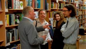 Gerhard im Gespräch mit Martin Mucha (und Familie) in der Bücherei